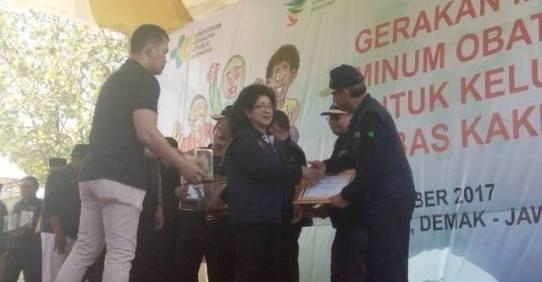 penyerahan sertifikat oleh menteri kesehatan